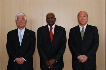 IAAF President Lamine Diack (c) with Dentsu President and CEO Tatsuyoshi Takashima (l) and Tadashi Ishii, who will take over as Dentsu president in April (Dentsu)