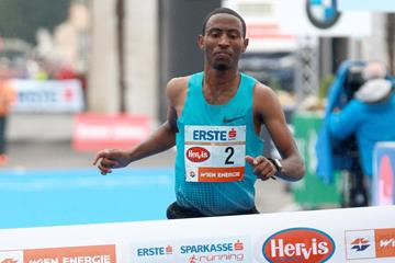 Getu Feleke winning the 2014 Vienna City Marathon (www.photorun.net)