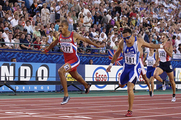 Felix Sanchez wins the 2001 world 400m hurdles title in Edmonton (Getty Images)
