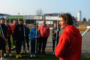 Andreas Thorkildsen coaches the javelin at the IAAF Ambassador Kids' Clinic in Copenhagen (Getty Images)