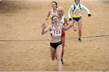 Hayley Yelling just holds off Justyna Bak and Jo Pavey - 2004 Euro XC (Hasse Sjögren)