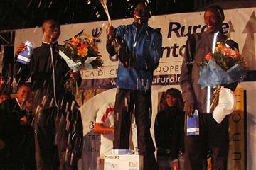 Moses Mosop uncorks the champagne after his 10km win in Trento (Alberto Zorzi)