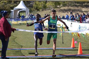 Johnatas de Oliveira and Anthony Rotich cross the finish line at the Pan American Cross Country Cup (Carlos Clemente (NACAC-APA))