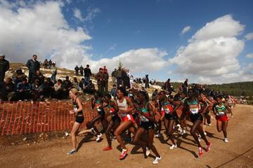 New Zealand's Kim Smith leads the senior women's race in the early stages - Amman WXC 2009 (Getty Images)