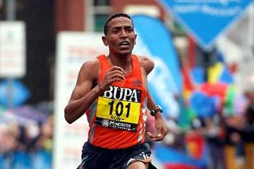 Zersenay Tadesse (ERI) storms to win at 2006 BUPA Great Manchester 10km (Peter Langdown)