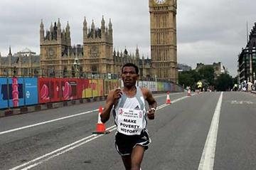 Haile Gebrselassie crosses London Bridge with the House of Parliament and Big Ben in the background (Victah Sailer)