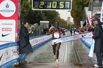 Vincent Kiplagat winning in Istanbul (H. Emre Durmus)
