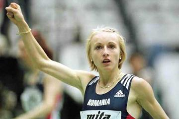 Gabriela Szabo, salutes her 3000m victory at the 1999 World Indoor Championships (Getty Images)