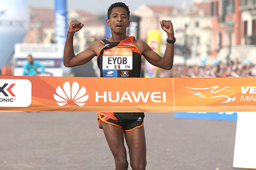 Eyob Gebrehiwet wins the Venice Marathon (Giancarlo Colombo / organisers)