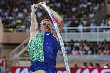 Piotr Lisek on the way to a 6.02m leap in Monaco (Philippe Fitte)
