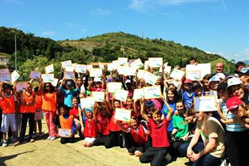 Primary school children with their Kids' Athletics certificates at the Stade des Plans, in Villeneuve-Loubet, Nice (© IAAF)