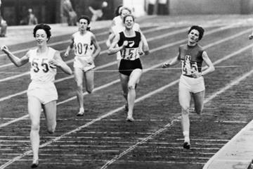 Ann Packer (l) winning the 1964 Olympic 800m title (Getty Images)