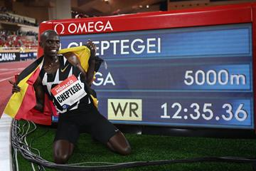 Joshua Cheptegei with his world record numbers in Monaco (Getty Images)