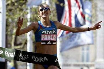 Paula Radcliffe wins the 25th Flora London Marathon (Getty Images)