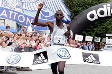Steven Matebo Cheptot (KEN) wins the 2005 Prague Volkswagen Marathon (c)