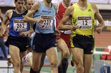 Arturo Casado (bib 12) leading the 1500m final at the 2009 Spanish indoor champs (Juan José Úbeda)