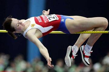 Yelena Slesarenko (RUS) leaps 2.02m to beat Vlasic (AFP / Getty Images)