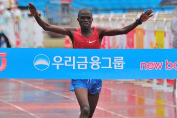 James Kwambai winning the 2011 JoongAng Seoul Marathon (Sean Wallace Jones)
