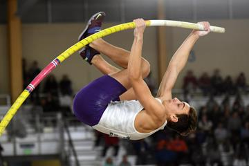 Armand Duplantis vaulting to the NCAA Indoor title in Birmingham (Kirby Lee)