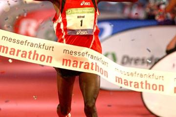 Wilfred Kigen winning the 2006 Frankfurt Marathon (Victor Sailer)