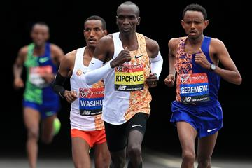 Eliud Kipchoge on his way to winning the London Marathon (Getty Images)