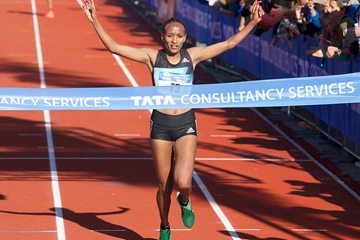 Meselech Melkamu wins the Amsterdam Marathon (Karel Delvoye, Orange Pictures)