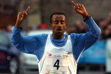 Abebe Dinkessa wins the 2005 Boclassic (Lorenzo Sampaolo)