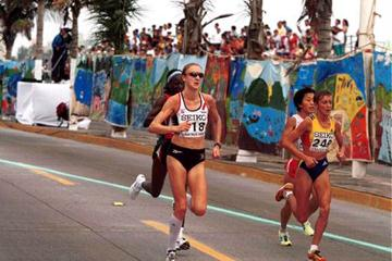 Paula Radcliffe running alongside Lidia Simon at the 2000 IAAF World Half Marathon Championships (© Allsport)