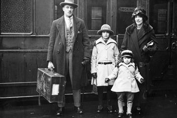 1920 double Olympic champion Albert Hill with his family at Waterloo Station, London (Getty Images)