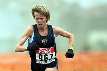 Deena Drossin in action in the women's long race at the 2001 IAAF World Cross Country Championships in Ostend (© Allsport)