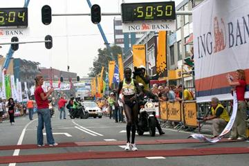 Lornah Kiplagat wins the 22nd Dam to Dam race from Amsterdam to Zaandam in 50:50 (Wim van Hemert)