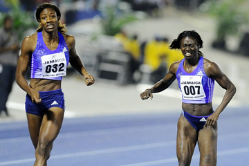 Shaunae Miller (left) winning the 200m from Tori Bowie (right) at the 2015 Jamaica International Invitational in Kingston (organisers / Errol Anderson)