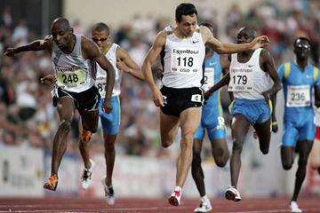 Mbulaeni Mulaudzi of South Africa takes Oslo's 800m over Yuriy Borzakovskiy of Russia (Getty Images)