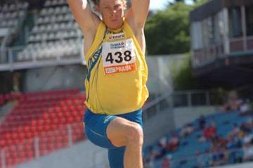 Christian Olsson improves to 17.40 in Prague (Hasse Sjogren/Deca)