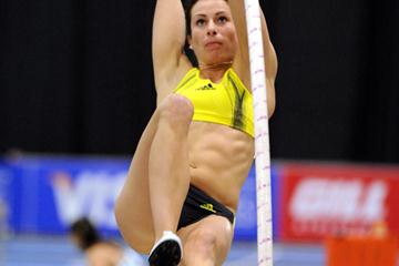 Jenn Stucyznski en route to another U.S. record in the Pole Vault - 4.83m in Boston (Kirby Lee)
