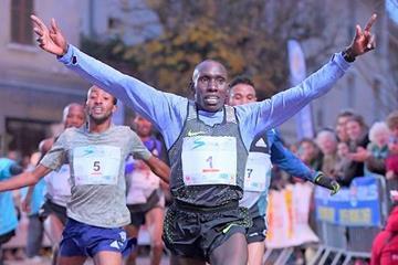 Cornelius Kangogo winning the 2016 Corrida Pedestre Internationale de Houilles 10km (Jiro Mochizuki)