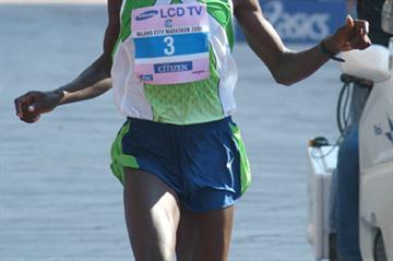 Benson Cherono winning the 2006 Milano Marathon (Lorenzo Sampaolo)