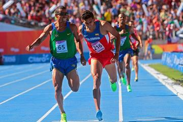 Kleberson Davide holds off Rafith Rodriguez to win the 800m at the 2014 ODESUR Games  (Oscar Muñoz Badilla)