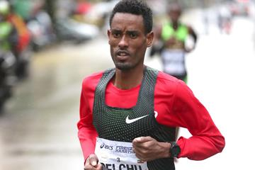 Ali Abdi Gelelchu en route to his victory at the 2018 Florence Marathon (Giancarlo Colombo)