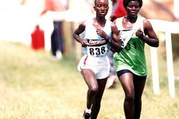 Isabella Ochichi wins the Kenyan Police Services 2005 XC champs (Okoth)