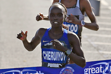 Vivian Cheruiyot crosses the finish line (AFP / Getty Images)