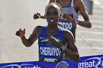 Vivian Cheruiyot crosses the finish line (AFP / Getty Images)