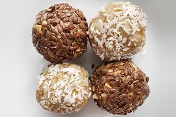 Apricot & almond and cashew & raisin energy balls (Mara Yamauchi)