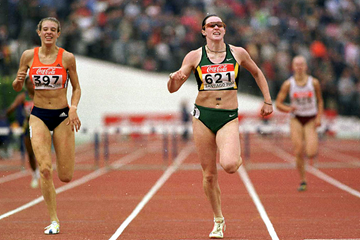 Jana Pittman wins the 400m hurdles at the 2000 IAAF World Junior Championships in Santiago (Getty Images)