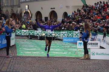 Tamirat Tola winning at the 2015 Boclassic (organisers / Roberto Passerini)