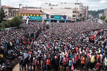 Kenyan fans in Nairobi watch Eliud Kipchoge's run in Vienna (AFP / Getty Images)