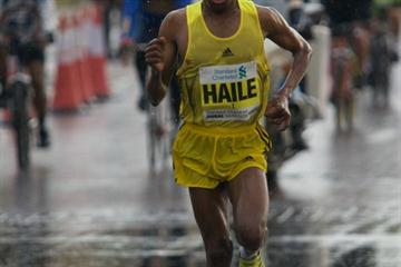Battling the elements - Haile Gebrselassie en route to his title defence in Dubai in 2009 (organisers)