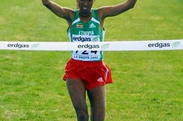 Werknesh Kidane raises her hands in triumph as she wins the women's long course (Getty Images)