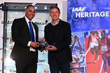 Jason Gardener presents his spikes from the 2004 World Indoor Championships to IAAF President Sebastian Coe (Getty Images)