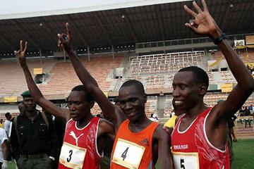 left to right: Francis Kibiwott (Ken), Solomon Busendich (Ken), Dieudonné Disi (RWA) after the end of the 2006 Lagos Half Marathon (Louisette Thobi)